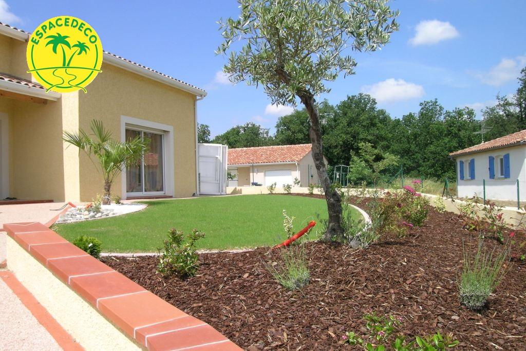 Nos paysagistes posent avec soin vos rouleaux de gazon sur l'ensemble de vos espaces verts.