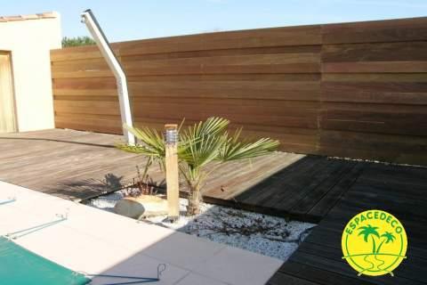Remplaçant une haie, il limite le vis à vis en bois Ipé exotique posé par l'artisan aménagement extérieur Espacedeco