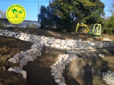Pour garantir un jardin verdoyant, nos décorateurs / paysagistes mettent en place une terre fertile.