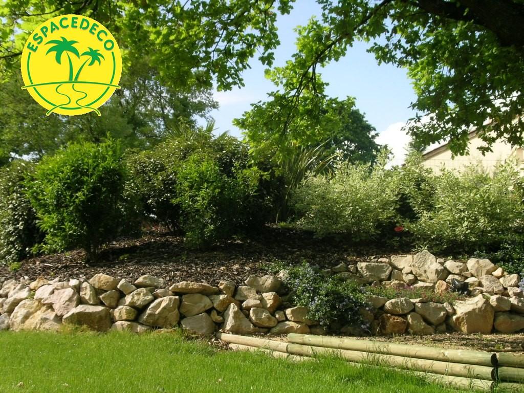 aménagement d'un enrochement avec volume de terre et plantations à Brax